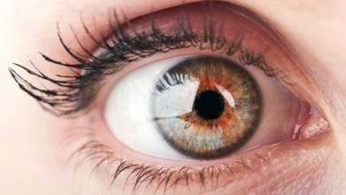 Tienemás de 500 pequeños orificios en sus ojos por el brillo excesivo de su móvil
