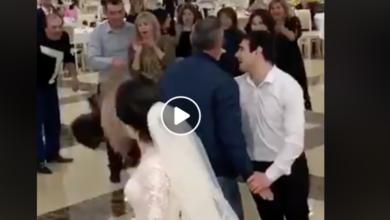 """VIDEO: Se """"agarran del chongo"""" por el ramo"""