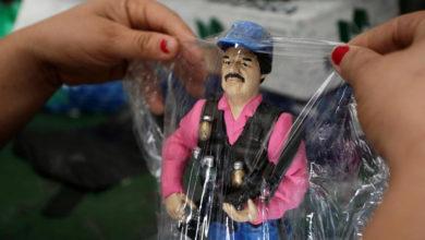 Rezan y venden figuras de acción, souvenirs y juegos tradicionales del Chapo en Sinaloa