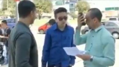 Multan injustamente a joven por comprar una empanada en la calle