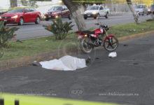 Pareja en moto es atropellada por vehículo que se dio a la fuga, la mujer fallece
