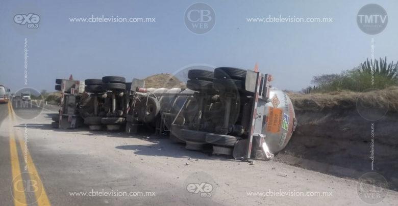 "Vuelca pipa cargada de gasolina en la ""Siglo XXI"""