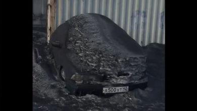 Video: Cae nieve negra y tóxica en Rusia, autoridades han tratado de pintarla de blanco para ocultar el problema