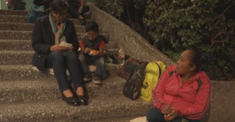 La historia de Elenita y Brandon, la mujer que ayuda a un niño a estudiar en las calles