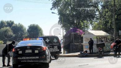 Motociclista queda herido al chocar contra un auto en Uruapan
