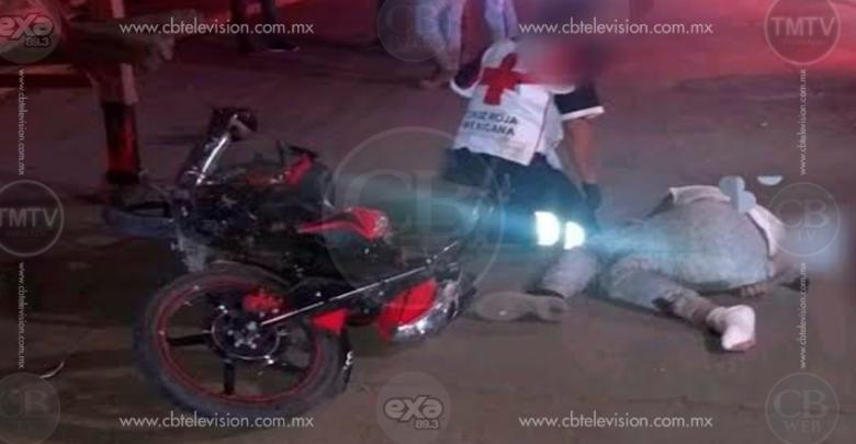 Muere motociclista al estrellarse contra una plataforma de tráiler