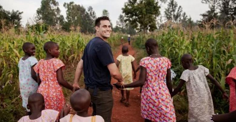 Beisbolista y su esposa adoptan a 36 niñas que eran esclavas sexuales en Uganda