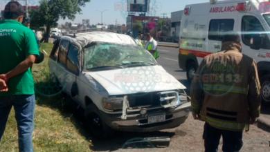 Conductor herido al volcar camioneta en la Av. Morelos Norte