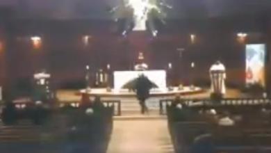 VIDEO (+18): En plena misa, sujeto apuñala a sacerdote