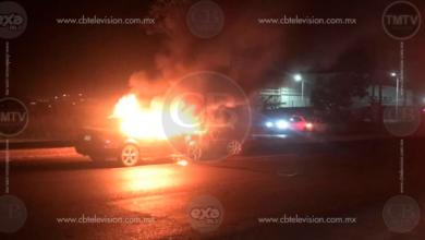 Dos autos protagonizan choque en la salida de Morelia a Salamanca y uno se incendia