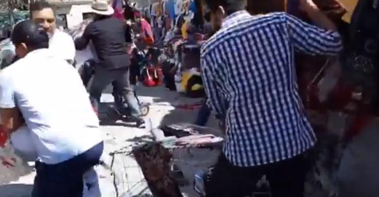 Video: ¡Indignante!, tumban puesto y se llevan la mercancía de mujer indígena con bebé en brazos