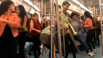 """Video: Se arma la fiesta en el metro, pasajeros bailan al ritmo de """"La Chona"""""""