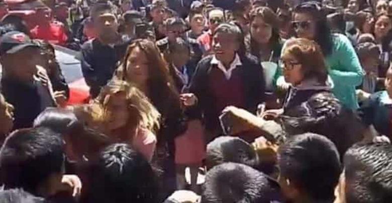 Video: Madre de familia se agarra a los golpes con una estudiante de secundaria