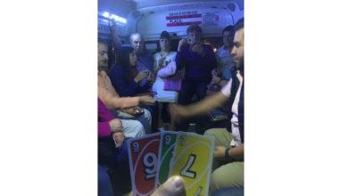 De nuevo los mexicanos: Pasajeros se divierten jugando Uno en el transporte público