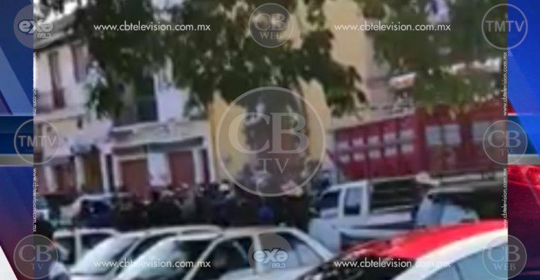 VIDEO: Comuneros privan de la libertad a tres regidores de Paracho; iban por el edil