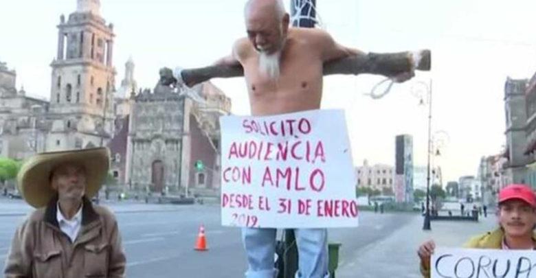 Hombre de 79 años se crucifica afuera del Palacio Nacional para solicitar que AMLO lo escuche