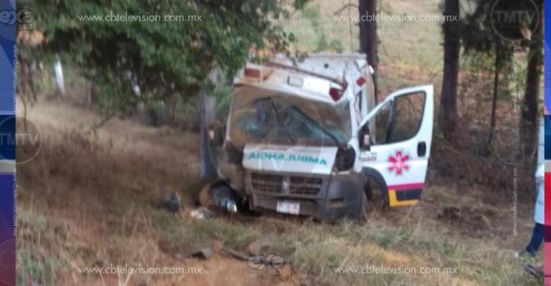 Vuelca ambulancia en la carretera Pátzcuaro-Uruapan