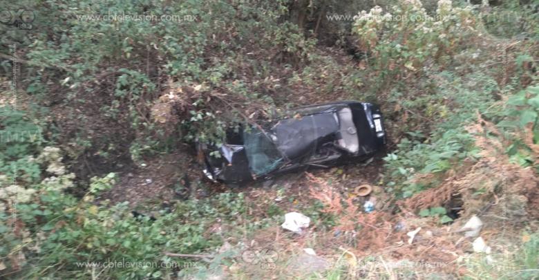 Pierde control de su camioneta y cae a un barranco de 10 metros