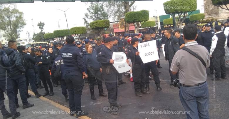 Se manifiestan policías en contra de José Martín Godoy