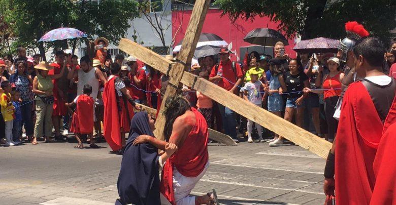 Morelianos y turistas participan en Viacrucis