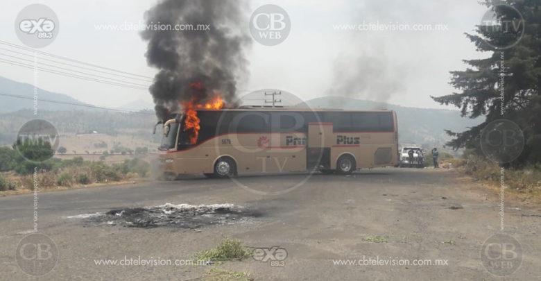 Comuneros incendian camiones y mantienen bloqueo sobre la carretera Paracho-Cherán