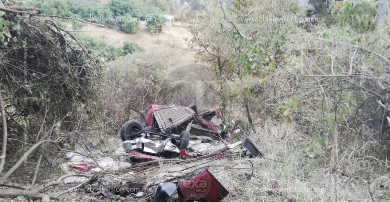 Camionero pierde la vida y su hijo queda herido al caer a barranco en carretera de Uruapan