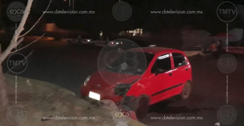 Conductor a exceso de velocidad se lesiona en accidente automovilístico