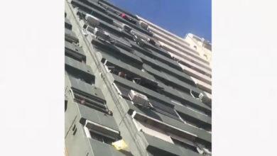Mujer lanza un perrito desde quinto piso y se burla de los espectadores
