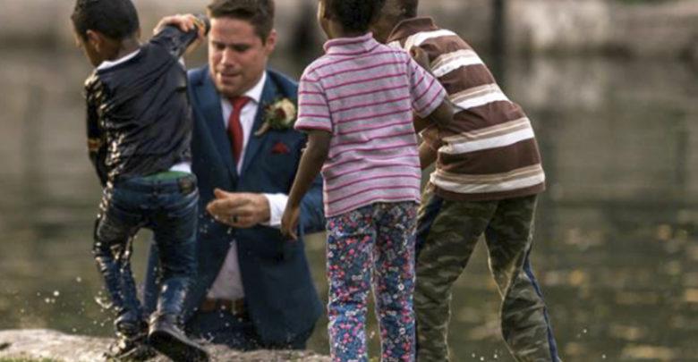 En plena sesión de fotos novio corre para salvar a un niño de morir ahogado