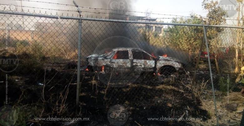 Arden dos vehículos por quema de pastizal