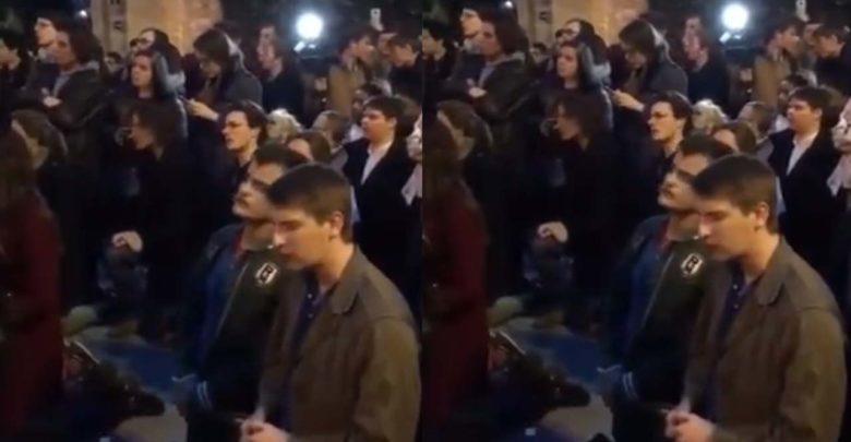 Franceses rezan de rodillas frente a las llamas de Notre Dame