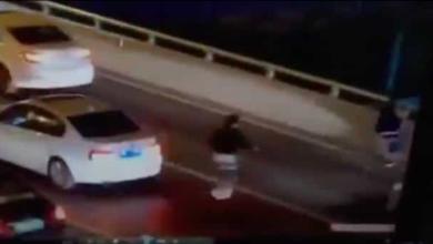 VIDEO (+18): Joven se avienta desde un puente vehicular tras discutir con su madre