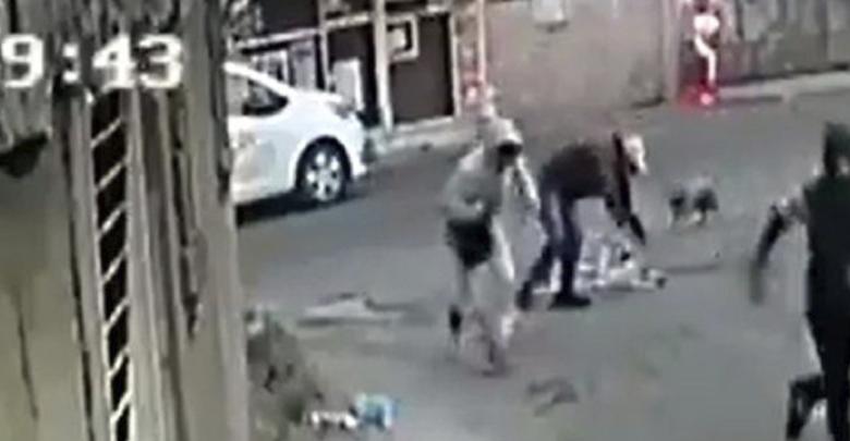 VIDEO: Dos sujetos asaltan a un anciano que caminaba con una andadera