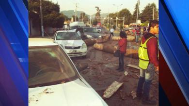 Camión trocero destroza autos al quedarse sin frenos