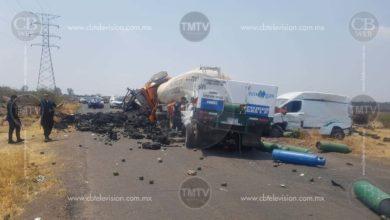 Dos muertos y un herido deja carambola entre camión aguacatero, pipa, camioneta de gas y vagoneta