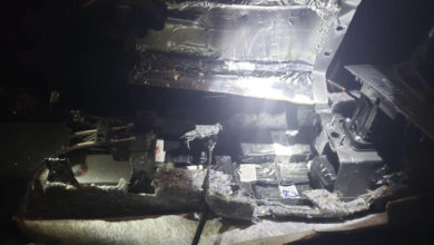 Encuentran 110 mil dólares ocultos en el área del motor de un auto en Nuevo León