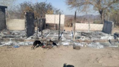 Grupo armado quema casa con una mujer y un menor dentro