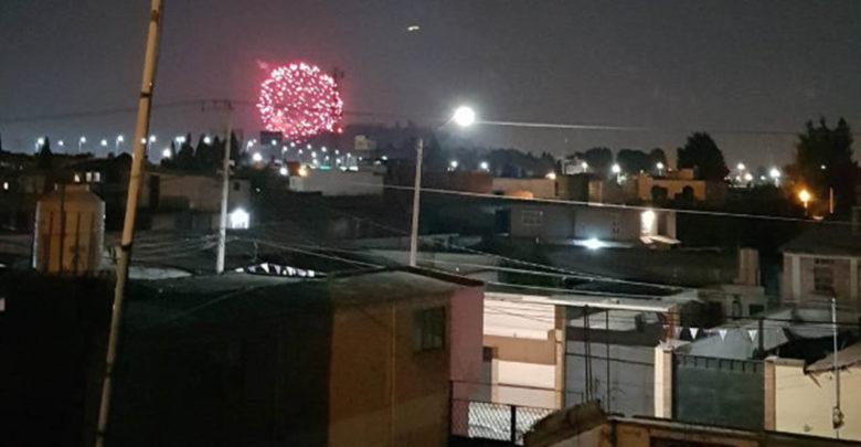 En medio de la contingencia ambiental feligreses de EdoMex queman pirotecnia para celebrar a su santo patrono