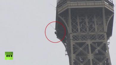 Evacuan la Torre Eiffel por hombre intentando escalarla