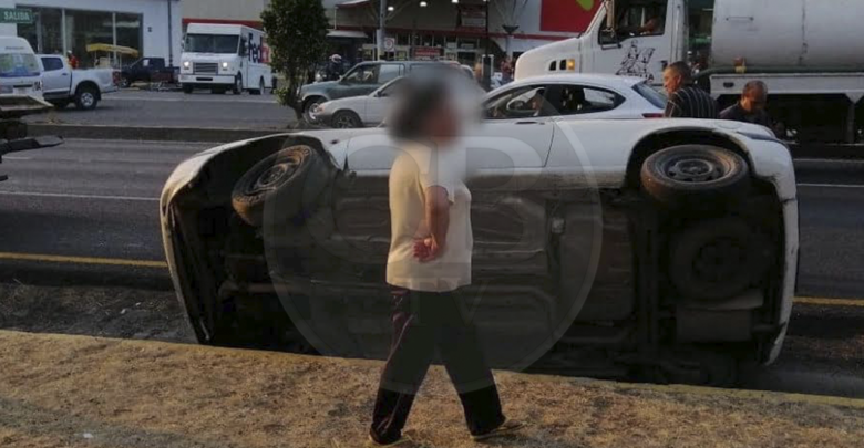Distracción causa volcadura de auto en el Periférico de Morelia