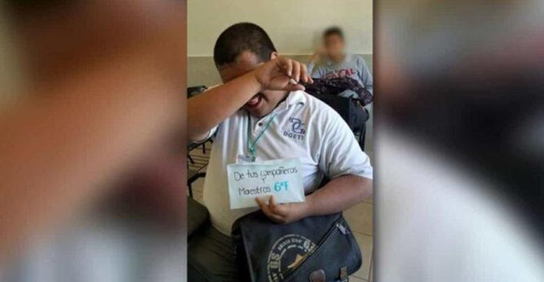 Estudiantes donan su dinero de las becas de AMLO a un joven de escasos recursos