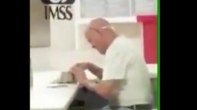 VIDEO: Captan a guardia de IMSS robando dinero de una cartera ajena