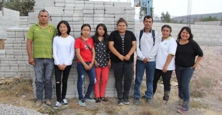 Video: Alumnos juntan becas de AMLO para edificar una escuela