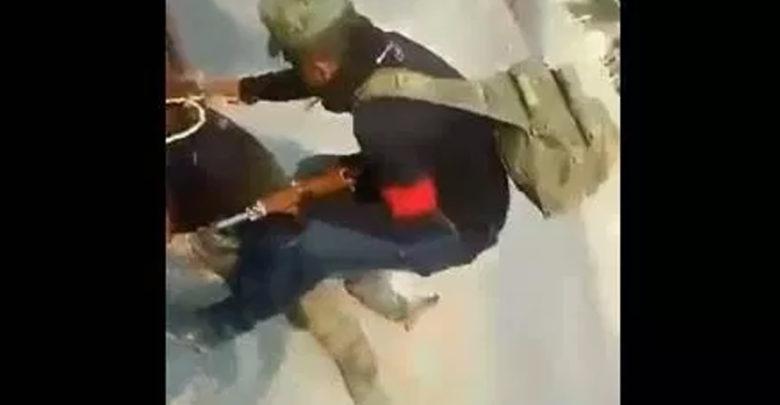 VIDEO (+18): Sicarios arrastran por el cuello el cadáver de un miembro de autodefensa