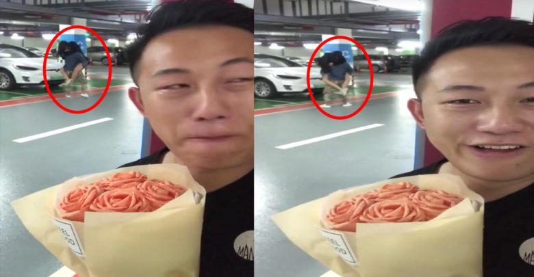 Le lleva flores a su novia y la encuentra con otro