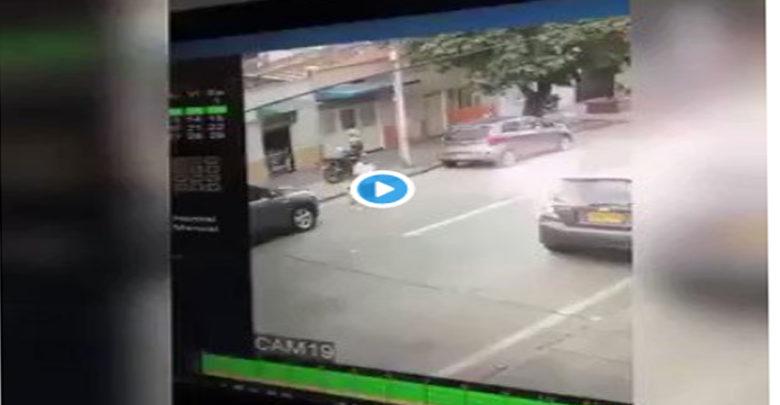 Video: Motociclista arrolla a una abuelita y a su nieto