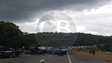 "Normalistas bloquean la pista ""Siglo XXI"", a la altura de Zirahuén"