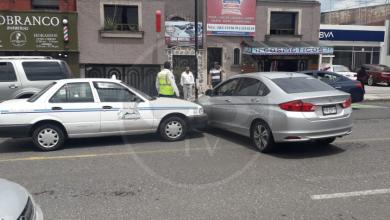 Imprudencia de taxista ocasiona percance automovilístico