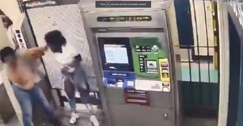 Video: Mujeres discuten en el Metro, una apuñala a otra en el cuello
