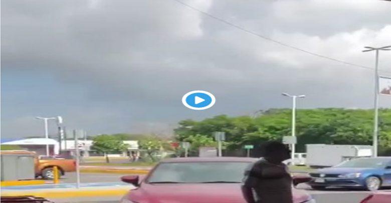 VIDEO (+18): Se pelean por un lugar de estacionamiento; le encaja un desarmador en el ojo